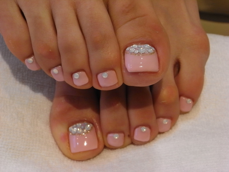 glitter-nail-chic-pinka-and-white-toe-nail-art-ideas-for-summer-with-white-glitter-glitter-design-nails